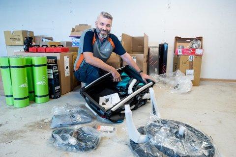 NYTT OG MODERNE: Alexander Jahr, arbeidsleder på Aktivum i Rælingen, sier utstyret som nå skal lånes ut er av topp moderne kvalitet.