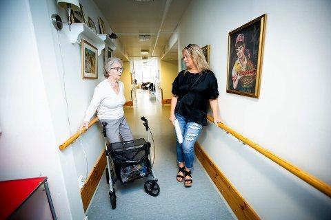 TUNG LUFT: Hilde Bøckmann har moren sin Elsa Hildur Bøckman på demensavdelingen på Gjestad i Ullensaker. Der har det siden tidlig i mai vært opp mot 30 grader og svært dårlig luft innendørs. At eneste løsningen på problemet har vært bordvifter får Hilde Bøckmann til å reagere.