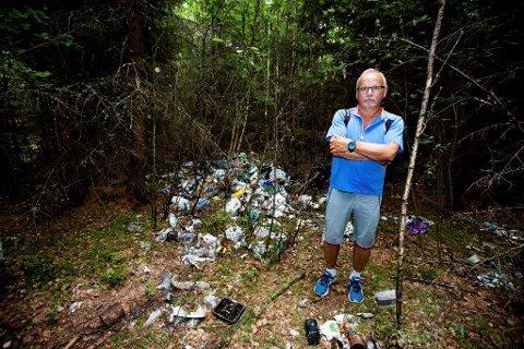 – LIKNER EN FLYSTYRT: Hjalmar Ripe er sjokkert over søppelberget som møtte ham i skogen.