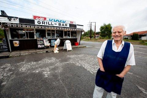 POPULÆR KIOSK: Knut Kopperud (76) har drevet kiosken på Dal i 50 år. Foto: Tom Gustavsen.
