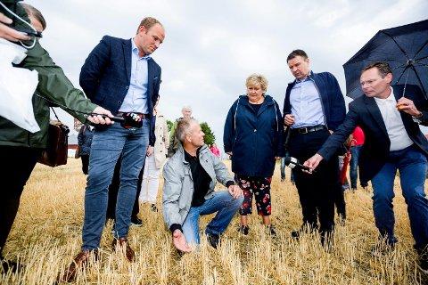 NY RUNDE: Bøndene vil ha nye forhandlinger om krisepakke. Bildet er fra statsministerens besøk hos bonde Lars Egil Lauten på Kløfta onsdag.
