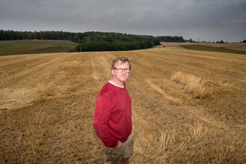 BEKYMRET: Bonde Dag Lund fra Kløfta aner ikke om han har nok fôr til kuene gjennom vinteren.
