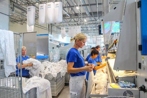 Mange hender: Selv om utstyret på Berger er det beste som finnes i verden, kreves det fortsatt mange hender i arbeid. Her putter Milena Mandic og hennes kollegaer ferdig vasket laken inn til rulling og tørking. Alle foto: Rune Fjellvang