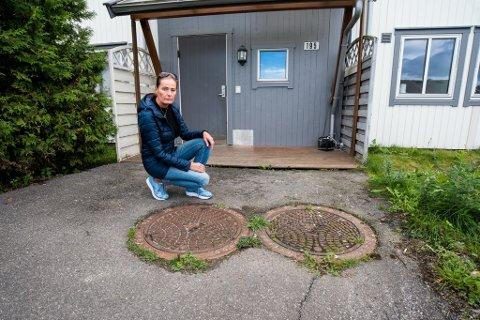 GASS I KUMMEN: Like utenfor boligen til Nina Evensen i Lensmanns Klevs vei er det oppdaget gassverdier over eksplosjonsfare. - Jeg har fått beskjed om ikke å røyke her. Det er skremmende, sier Evensen. FOTO: VIDAR SANDNES