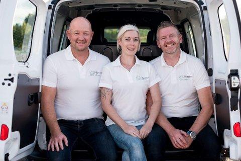 SER POTENSIAL: Daglig leder Kenneth Andersen (f.v.), salgsorakel Silje Berg-Styhm og fornøydhetssjef Jan Berg-Styhm ser et stort potensial i renhold av private hjem.