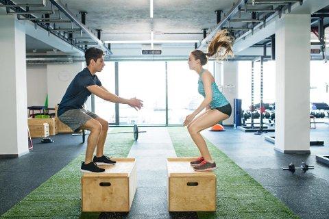 BOX JUMPS: Kroppsvektøvelser satt sammen i små sirkeløkter gjennomført med svært høy intensitet er blitt populær trening for mange. Forskning viser i tillegg at det får svært god fart på forbrenningen. Foto: Colourbox