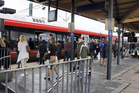 BEDRER KAPASITETEN: Det bevilges penger for å bedre kapasiteten, tilgjengeligheten og sikkerheten på blant annet Lillestrøm stasjon.