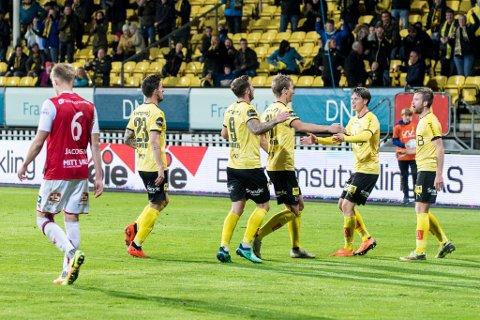 MYE JUBEL PÅ KORT TID: Daniel A. Pedersen (f.v.), Gary Martin, Thomas Lehne Olsen, Kristoffer Ødemarksbakken og Simen Rafn jubler etter 1-0-scoringen mot Bryne. Tre minutter satte Martin inn 2-0 fra straffemerket.