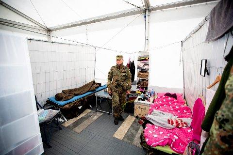 Viser rommet sitt: Birgit Ebel er i Bundeswehr, det tyske forsvaret. Fram til slutten av oktober bor hun her i Gardermoen Business Park.