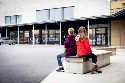 TRAKK KLAGEN: Familien valgte å trekke klagen og sønnen (14) begynner på Bingsfoss ungdomsskole etter høstferien. – Det gjør vondt i mammahjertet, sier moren.