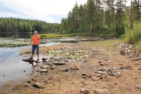 TØRT: Det kommunale vannverket kjøper for tiden vann fra nabokommunen, men deres vannkilde begynner også å bli mindre. Dette bildet ble tatt tidlig i august og Ingeborg Aasvangen forteller at vannstanden er enda lavere nå.