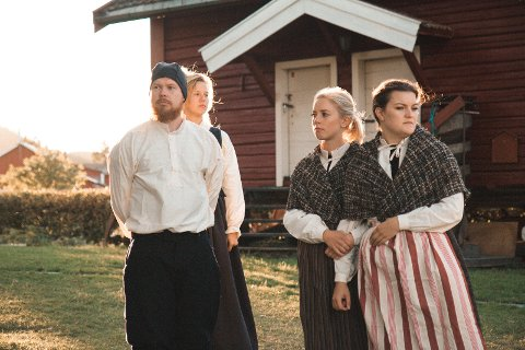 Kostymeprøve: de siste øvelsene blir gjennomført i tidsriktige klær produsert av Rælingen husflidslag.