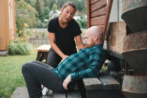 Innlevelse: Tjenestejenta Eli (Silje Ingebrigtsen Tveråli) prøver å stable gårdens husbond, Jens (Vegard André Skarheim), på bena etter at han har forsynt seg av sterkølet.