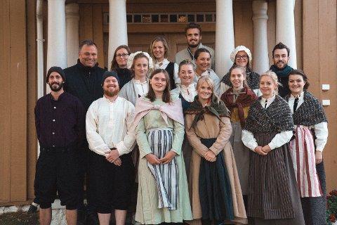 Forventningsfull gjeng: Skuespillerensemblet samlet på trappa til hovedhuset på Rælingen bygdetun.