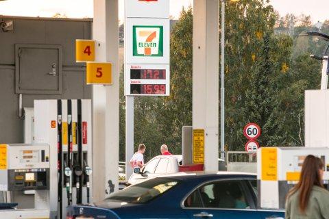 DYREST: Her ble det onsdag kveld solgt bensin for 17.21 kroner literen.