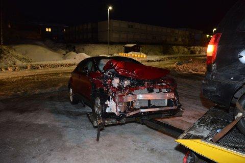 SOLID TRØKK: Den ene av de tre bilene som var involvert i ulykken på E6 like etter klokka 05 tirsdag blir her tauet bort av Viking.