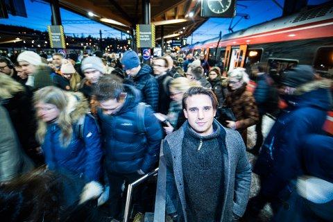TORSDAG ETTERMIDAG: Slik så det ut på Lillestrøm stasjon da Alexander Amundsen gikk av toget på vei hjem torsdag ettermiddag. Se bildet litt lenger ned i saken for å se hvordan en normal tur ned trappa ser ut. FOTO: VIDAR SANDNES