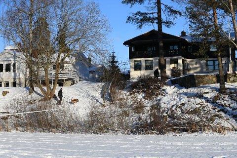 HUNDESØK: Torsdag for- og ettermiddag gjennomførte politiet søk med hunder på bopelen til ekteparet Hagen på Fjellhamar.