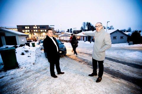 KREVER OPPRYDDING: Frps gruppeleder Ståle Lien Hansen (t.v.) og ordfører Tom Staahle krever at fylkeskommunen kommer på banen og ordner opp i parkeringskaoset ved Jessheim videregående skole.