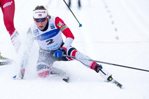 Her skader Maiken Caspersen Falla seg i semifinalen i Otepää. (Foto: Terje Pedersen / NTB scanpix.)