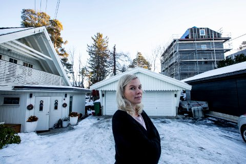 Inkonsekvente: Synnøve Seljeskog mener at det er vanskelig å vite hva kommunen mener er god estetikk. Verandaen er synlig over inngangsdøra.