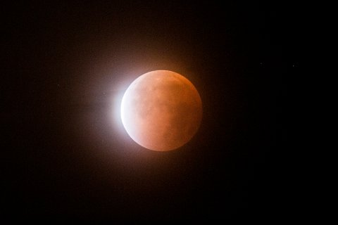 Oslo  20150928. Supermåne og total måneformørkelse sett fra Oslo sent natt til mandag. En total måneformørkelse oppstår når sola, jorda og månen er på linje i verdensrommet og månen ligger helt i skyggen fra Jorda. Når supermåne og total måneformørkelse forekommer samtidig kalles fenomenet litt uhøytidelig for supermåneformørkelse.  Foto: Stian Lysberg Solum / NTB scanpix