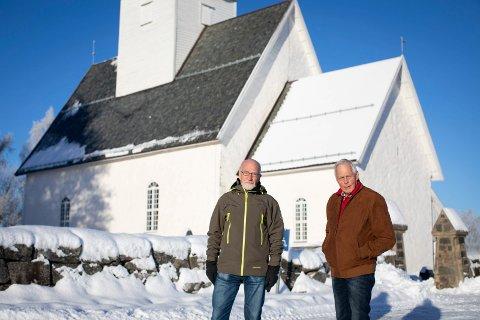 VENTER PÅ MINNELUND: Gjermund Mikkelsen (t.v.) og Torleif Myhre fortviler over at Sørum kirke ikke blir ferdig med minnelunden. Urnene med konenes aske har stått på vent lenge.