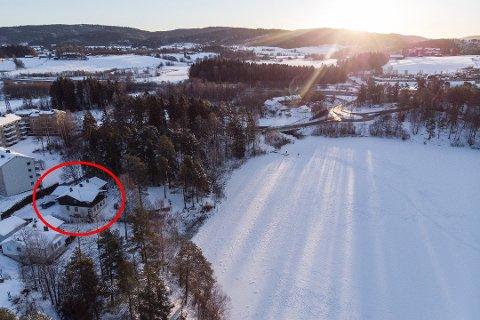VURDERER SØK: Langvannet ligger få meter nedenfor boligen til familien Hagens hjem i Lørenskog. FOTO: VIDAR SANDNES