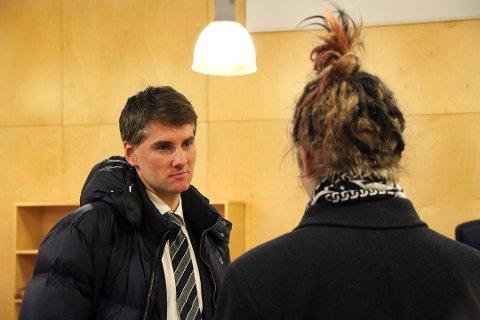 HOVEDTILTALTE: 21-åringen sammen med sin forsvarer, advokat Torgeir Falkum.