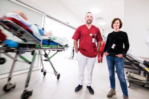 AKUTTMOTTAKET: Prosjektdirektør Katrine Hay og avdelingsleder Eirik Pettersen skal blant annet finne ut hvordan pasientflyten i akuttmottaket på Ahus kan forbedres.