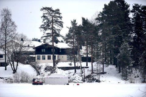 SØKER I VANNET: Politiet gjennomfører denne uken dykkersøk i Langvannet, like nedenfor ekteparet Hagens bolig på Fjellhamar.