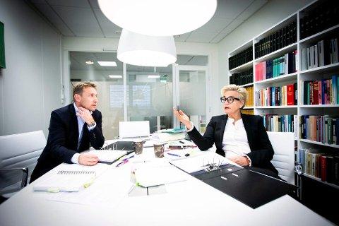 FORSVARERE: Gard A. Lier og Gunhild Lærum i advokatfirmaet Næss, Lærum, Lier og Stende er 26-åringens forsvarere under straffesaken.
