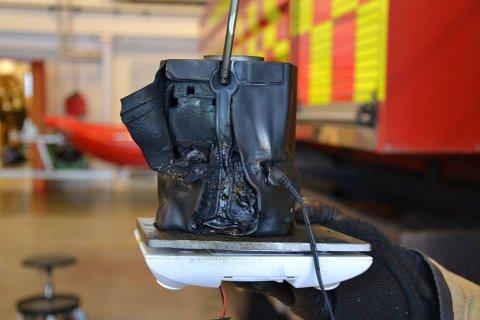 SMELTET: Slik så radioen ut etter at brannvesenet fikk tatt hånd om den natt til fredag. FOTO: NEDRE ROMERIKE BRANN- OG REDNINGSVESEN