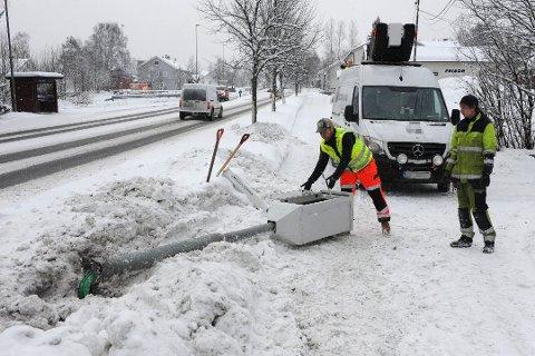 NEDE FOR TELLING: Klokka 11 lørdag hadde Statens vegvesen kallet ut folk til å ta hånd om den nedkjørte fotoboksen på Åneby.