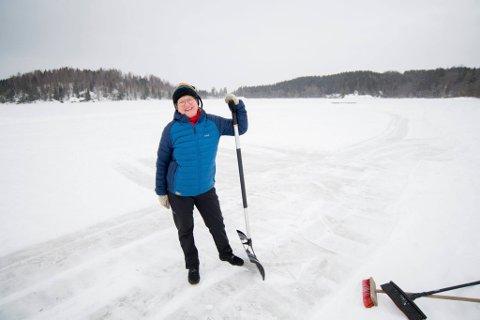 ARRANGERTE DUGNAD: MDG-politiker Mette Sperre satte like så godt i gang sin egen dugnad for å lage skøytebane i Gansvika.