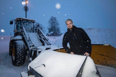 HYLLES: Richard Slattum er én av dem som brøyter industriområder og småveier på Kløfta. Han setter stor pris på rosen brøytemannskapet har fått i sosiale medier.