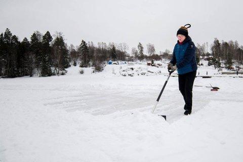 ARRANGERTE DUGNAD: MDG-politiker Mette Sperre satte like så godt i gang sin egen dugnad for å lage skøytebane i Gansvika. Foto: Vidar Sandnes