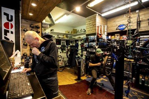 Daglig leder, Anders Bernhoft (tv) er fornøyd med mekanikeren sin. Glenn Jørgensen har jobbet i sykkelbutikken i ett år.