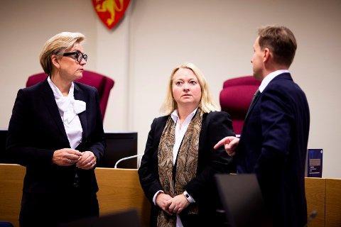I RETTEN: Forsvarer Gunhild Lærum, statsadvokat Guro Hansson Bull og forsvarer Gard Lier under rettssaken mot 26-åringen i Nedre Romerike tingrett.