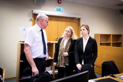 AKTORATET: Statsadvokatene Per Egil Volledal (t.v.), Guro Hansson Bull og Kari Hangeland Buvik aktorerer i saken mot 26-åringen. Foto: Lisbeth Lund Andresen