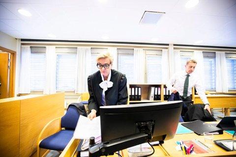 FORSVARERE: Gunhild Lærum og Gard Lier forsvarer den tiltalte romerikingen. Foto: Lisbeth Lund Andresen