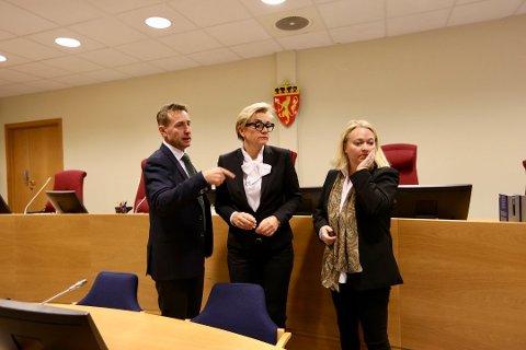 I RETTEN: 26-åringens forsvarere Gard Lier (t.v) og Gunhild Lærum sammen med statsadvokat Guro Hansson Bull. Foto: Lisbeth Andresen