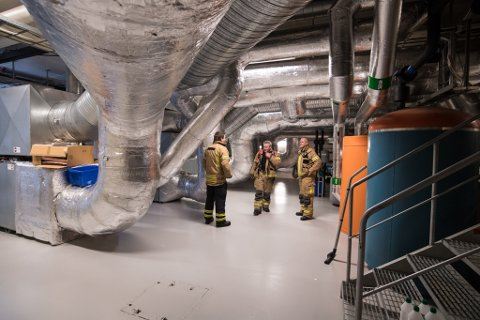 FANT KILDEN: Brannvesenet jobbet en god stund før de fant ut hvor røyken på rådhuset kom fra.
