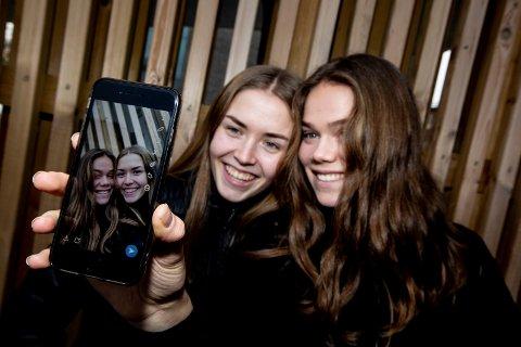 HOPPET AV: Marie Norbakken (18) og Hanna Revelsby (17) innførte sosiale medier- faste i 40 dager. Det gav begge jentene mer tid i hverdagen. FOTO: TOM GUSTAVSEN