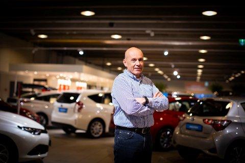 ELBIL-TIDER: Administrerende direktør i Toyota Romerike, Rune Bekkevold, legger ikke skjul på at han gjerne skulle hatt en elbil-modell å tilby kundene. (Foto: Lisbeth Lund Andresen)