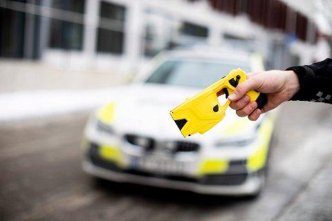 NYTT VÅPEN: Politiet i Ullensaker vil i to år framover ha med seg elektrosjokkvåpen ut på oppdrag.