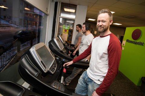 HER ER DET BILLIGST: Fitnesspoint i Eidsvoll har den laveste månedsprisen på Romerike. Den ene av de to eierne, Lars Østbye,  forklarer at de har kuttet kostnader i alle ledd for å kunne tilby en lavere pris enn de andre sentrene.