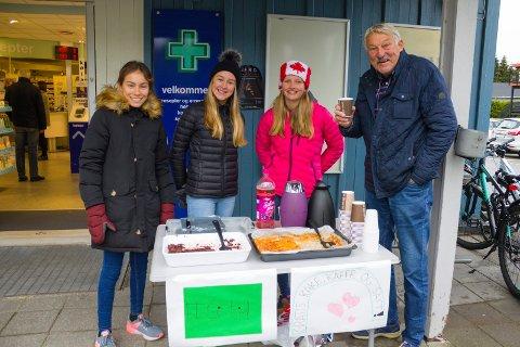 GA TID: Erik Rolén har stoppet opp og fikk varm kaffe av fra v. Miriam Lindås Hansen, Mille Linnerud Vinland og Selma Berg Johannessen.