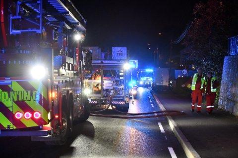Brannvesenet jobber på stedet. Ambulansepersonell er på plass.