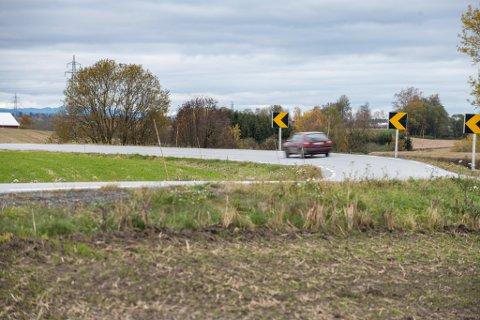 BRÅ SVING: Svingen like ved Løken bussholdeplass nord for Kløfta er én av mange svinger veivesenet har sett på, hvor de anser risikoen for utforkjøringsulykker som stor.